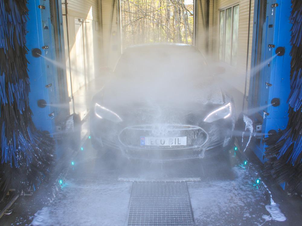 Tesla blir spylt i maskinvask